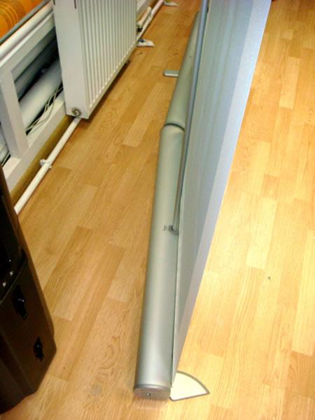 Оригинальная конструкция ножек устойчивости для стенда roll-up
